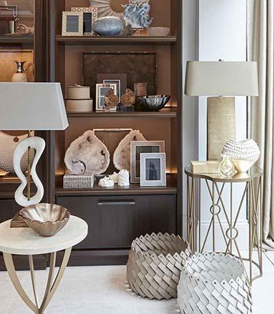 mueble empotrado para libros con dos mesas con lámparas de diseño clásicas