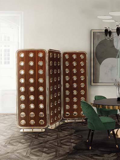 Probador de madera en sala minimalistas con suelo de mármol