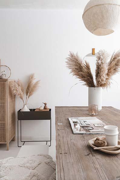 Mesa con decoración y accesorios vintage de cerámica con espigas