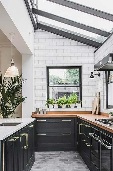 Cocina clásica muebles empotrados marrón oscuro, frigorífico color metalizado. Suelo de baldosa cuadradas con techo blanco