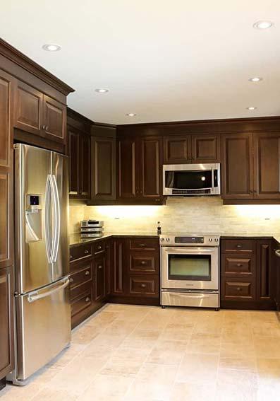 Cocina de antaño con muebles en color negro suelo de mármol gris y paredes de ladrillo en mármol