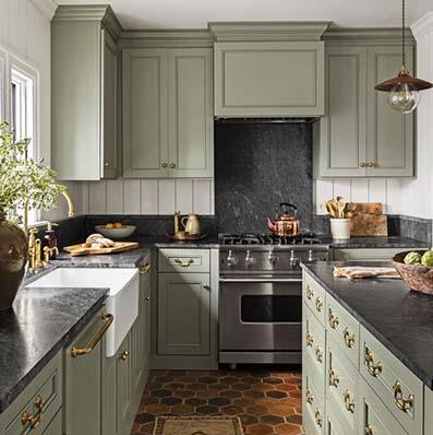Cocina retro con suelo de cerámica en mosaico con muebles de madera con pintura pastel verde