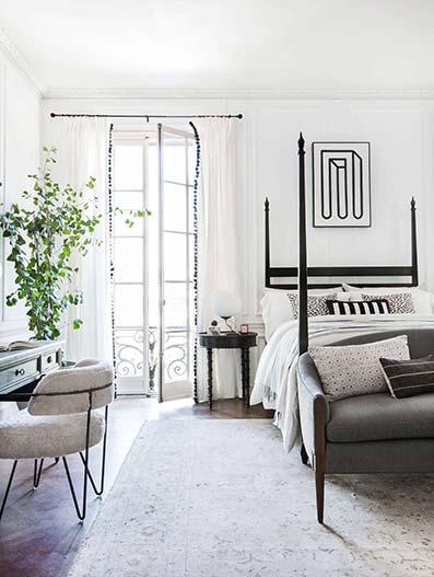 Somhotels, Dormitorio victoriano con cama y canapé. Paredes blancas con cortinas blancas y moqueta ibicenca