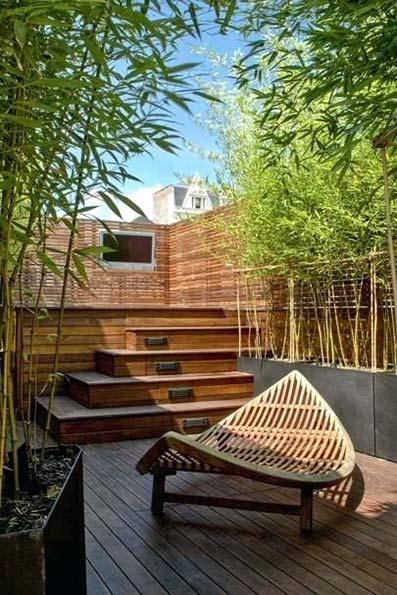 Terraza de madera natural con escaleras y bambú decorativos