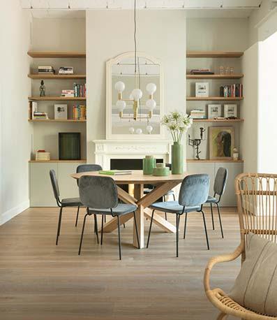 Sala de estar con sofá de tela estantería y armarios de menaje con suelo de madera