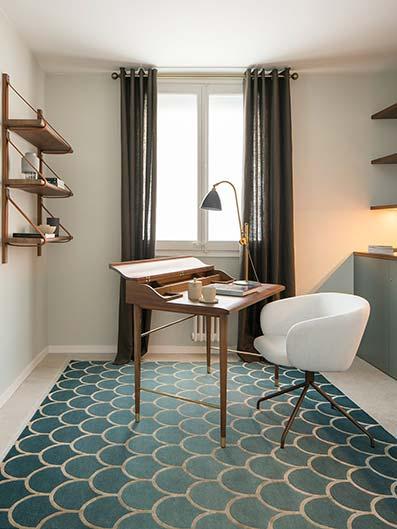 Sala de estudio minimalista con suelo de cerámica mosaico verde con mesita aislada