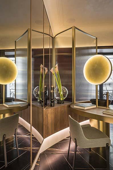Sala de trabajo con suelo de mármol y mesa de estudio con luz minimalista