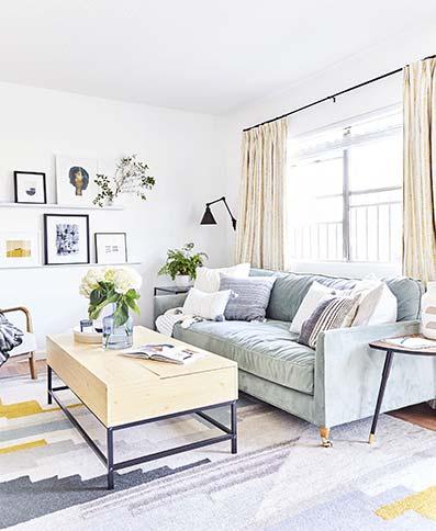Salón vintage con sofá de tela gris con cuadro de estilo moderno. Techo rojo con pared de madera