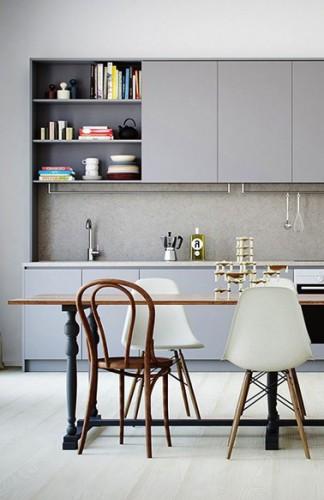 Volver a pintar los muebles de su cocina con tres tonos de gris es elegante, como aquí con un gris ratón, antracita para el gabinete de nicho y una nube para el salpicadero.