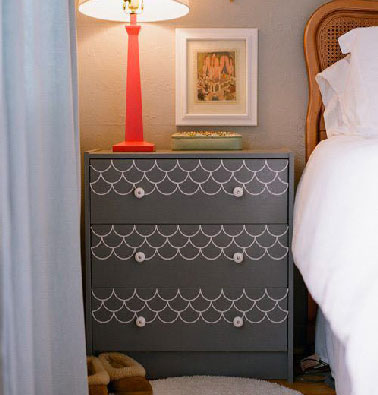 Un consejo simple y decorativo para renovar tu dormitorio: vuelve a pintar un tocador Ikea con pintura negra y decoraciones con un bolígrafo de pintura blanca.