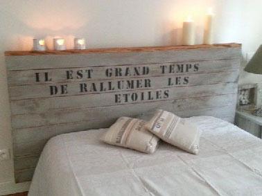 Para renovar un dormitorio, ¡no hay duda de que un cabecero original lo cambia todo!  Con madera nueva o recuperada para hacer la estructura decorada con estarcido de letras para invitar a los sueños a unirse a nosotros.