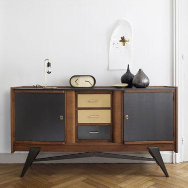 Aquí hay un mueble muy bien rediseñado gracias a la pintura de metal dorado puro y negro espacial con un efecto sedoso que embellece la decoración de la sala de estar de una manera elegante.