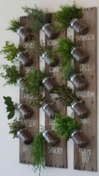 Desvíe las tablas viejas hacia una pared verde con este proyecto para instalar en el balcón.  Plante todo tipo de hierbas que huelan muy bien que pueda utilizar para realzar sus platos.