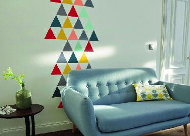Cambiar la pintura de la sala de estar mientras los colores ya están en su lugar con los muebles puede ser arriesgado.  Por otro lado, agregar color a la sala de estar como decoración de pared en una pared blanca es una buena idea.