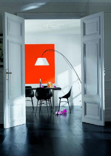 Naranja, un color potente que le da al salón un encanto moderno cuando se encuentra con un predominio del blanco.  Colección Colores Calabaza y Blanco Colección Colors Castorama