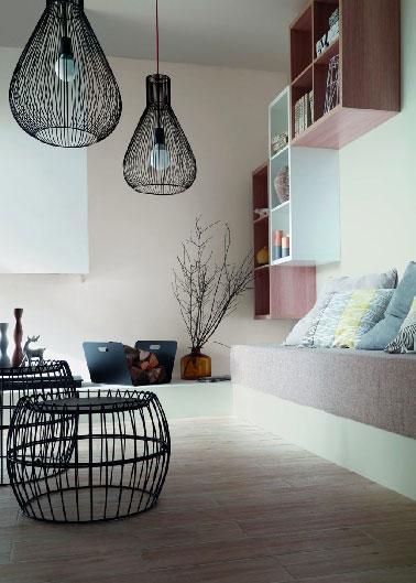 Colores pastel en una sala de estar para un ambiente acogedor.  Pintura rosa y blanca, azul cielo y amarillo pálido con los cojines, parquet de roble encalado, un poco de negro y la atmósfera de color del salón es impecable.  Pintura descontaminante Castorama.