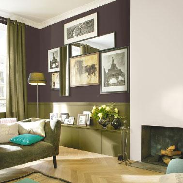 Un color chocolate y lino en la sala de estar en contraste con un tono verde bronce crea una atmósfera cálida donde la vida es buena.  Color Ganache y colección de flores de algodón Colores Respirea Castorama