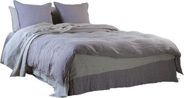 Dormitorio de color gris y lavanda para este juego de ropa de cama de lino lavado de la nueva colección Le Monde Sauvage