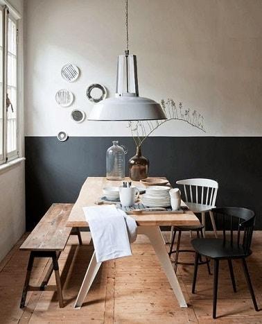 Para darle vida a un comedor o un área de comedor en una cocina blanca, pintar una base gris antracita le permite modernizar la decoración con contraste.