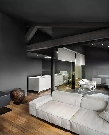 En una cocina industrial y una sala de estar, el color gris le da un tono de decoración urbana.  Pintado en las paredes y en las vigas a la vista, el gris carbón es moderno.