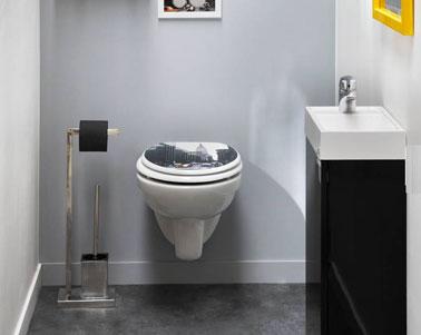 WC Deco color gris blanco y negro para un estilo neoyorquino.  Inodoro suspendido blanco, lavabo y mueble contenedor de diseño integrado en acabado negro brillante