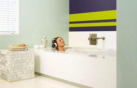 Pintar rayas en un baño, rayas de color verde anís sobre un fondo de ciruela