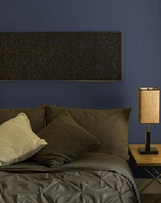 decoración de dormitorio armonía azul medianoche, marrón y amarillo ocre.  Pintura Laurentina
