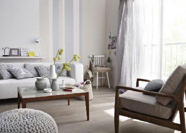 Blanco, un color de salón no sombrío y decididamente chic.  Con una tonalidad clara de pintura gris y un suelo de color topo claro, la sala de estar adquiere color.