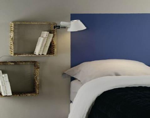 cabecero de color azul pintado directamente en la pared gris perla