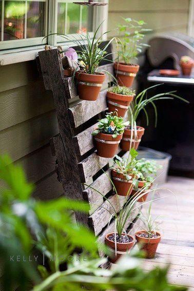 Un muro verde no es complicado de componer: con una paleta y algunas plantas en macetas, la decoración de tu balcón se puede transformar en pocos minutos para darle un toque de naturaleza.