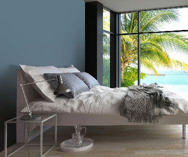 Una pintura azul a juego con las almohadas, una buena idea para renovar su habitación y crear un ambiente acogedor con ropa de cama de color gris, lino y marfil.