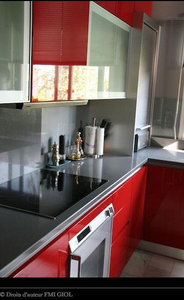 Encimera de granito gris y muebles de cocina rojos