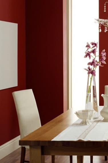 Comedor de color en una armonía de rojo vivo y marfil.