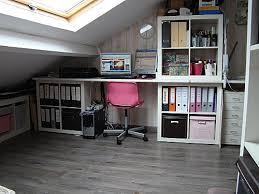 Oficina organizada bajo pendiente