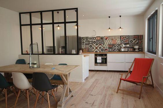 En esta cocina abierta, se ha instalado un mini techo de vidrio para separar parcialmente la cocina del comedor.  Una cocina original con un toque de estilo