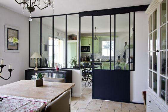 Una representación hiper decorativa y una gran luminosidad atravesando la habitación, misión cumplida para el techo acristalado interior de esta cocina semiabierta en el comedor