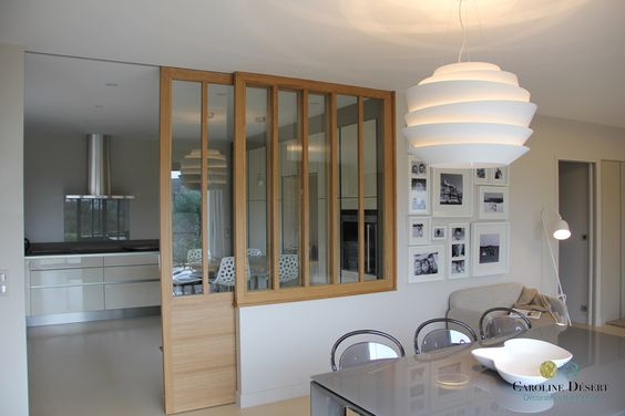 Aquí hay una cocina abierta al comedor con una puerta corrediza de vidrio que te permite mantener toda la luminosidad de la habitación, ¡juiciosa y ultra decorativa!