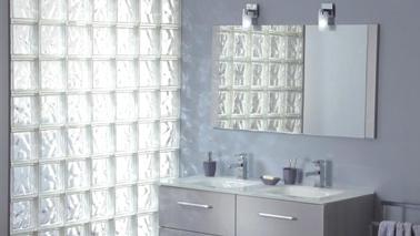 Una mampara de ladrillo de vidrio, ideal para separar el espacio entre el baño y el dormitorio mientras se beneficia de la máxima luminosidad