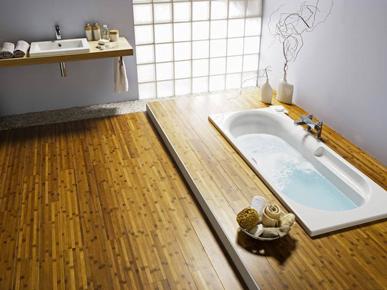 Una pared de ladrillos de vidrio difunde una luz suave en un baño