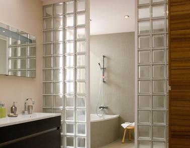 Da más privacidad a la esquina de la bañera en el baño con una mampara de ladrillo que separa el espacio del lavabo