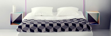 Haga mesitas de noche para renovar su dormitorio moderno con cajas de madera recuperada pintadas en el interior con patrones de varios colores