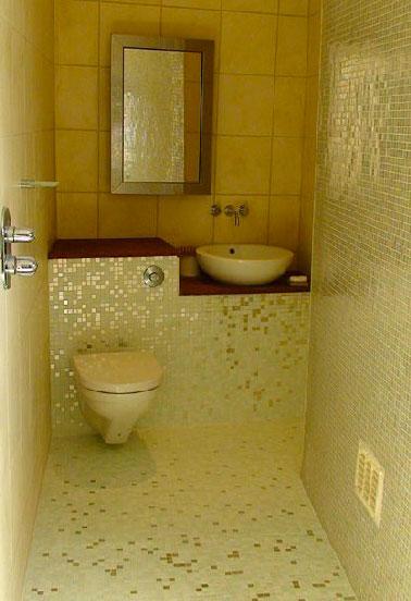 Ventiladores de discoteca en su cortador de azulejos y vaya al baño para poner un mosaico amarillo y dorado en el piso y las paredes del baño.
