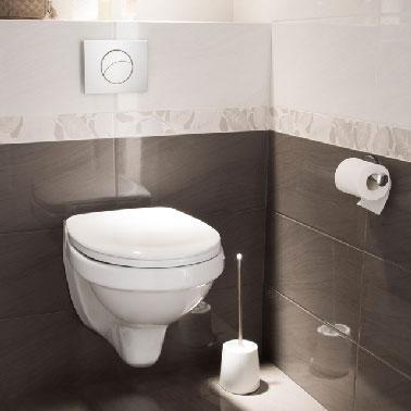 En estos aseos, una combinación de loza blanca con un patrón de flores muy ligero en la superficie para los 2/3 superiores de las paredes y alicatado liso gris antracita de las mismas dimensiones, es decir, 25X50 cm, para cubrir el fondo de las paredes y resaltar. el lavabo WC suspendido blanco.