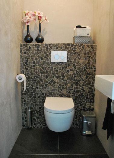 Sanitarios chic como nos gustan con paredes de azulejos rotos y tadelakt en una tonalidad de lino claro.  En el suelo, una gran baldosa gris antracita completa la armonía cromática