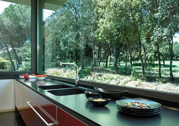 Encimera de cuarzo de diseño moderno con muebles de cocina de madera lacada