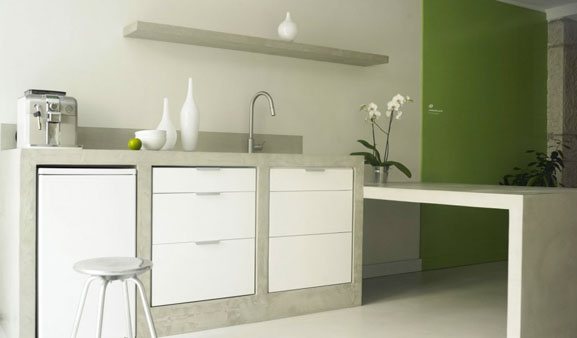 Encimera y mueble de cocina de hormigón encerado gris claro a medida con puerta y cajón en melamina blanca