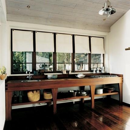 En un mueble de cocina hecho a medida, una encimera de madera exótica de ipe