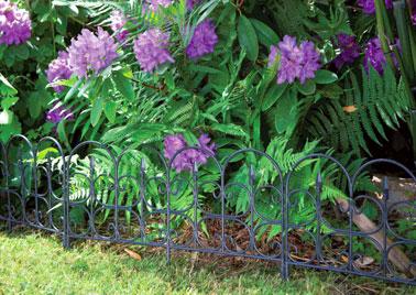 Estilo clásico en el jardín gracias a un borde de plástico de imitación de hierro forjado ultra elegante.  ¡Una decoración exterior estructurada para un jardín agradable!