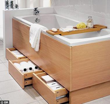 ¡La parte inferior de la bañera también es una solución de almacenamiento para optimizar su pequeño baño!  Una idea a la que no le falta inventiva para beneficiarse de más espacio