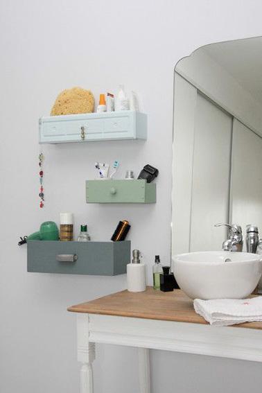 ¡Aquí tienes una idea original y ultra decorativa para obtener espacio adicional para ordenar tu pequeño baño!  Reciclaje de cajones fijados a la pared y ¡listo!